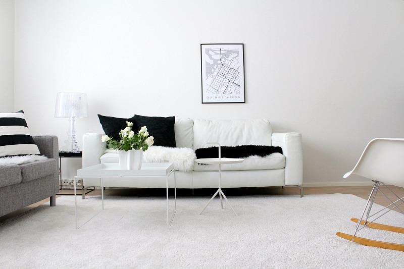 mustavalkoinen olohuone sisustus valkoinen nahkasohva