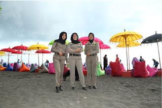 Petugas Wanita di Syariah Beach Pusan, Banyuwangi
