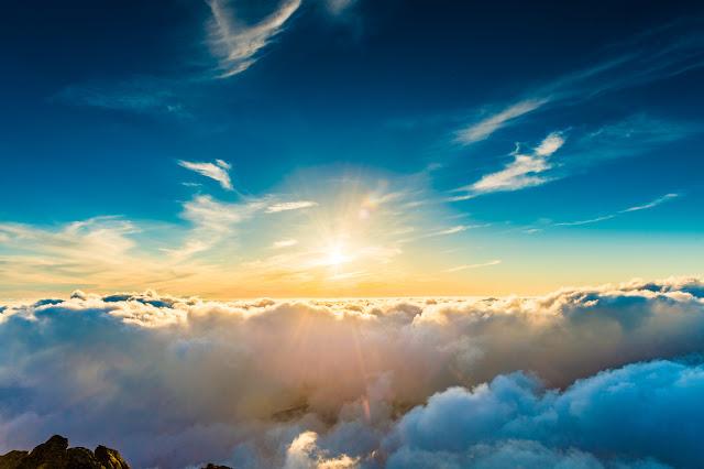 太陽の光を受けるクラウド