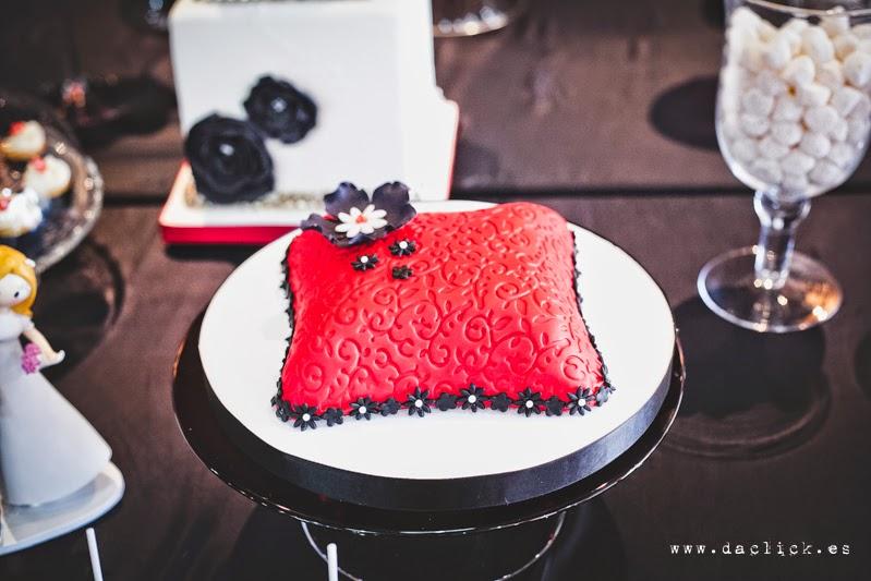 tarta de bodas en color blanco negro rojo
