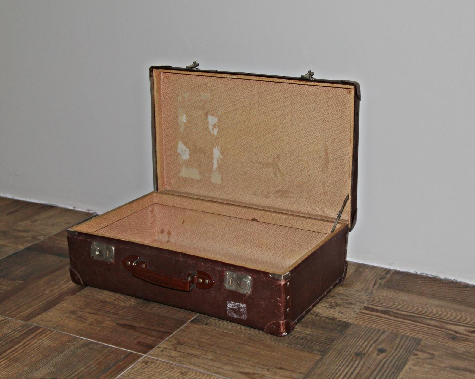ee722fd2a1930 Hokus Pokus Home: Jak przerobić walizkę na designerski stolik vintage?