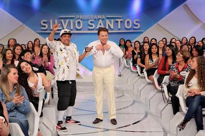 Silvio decide simular troca de roupa no palco - Crédito da foto: Lourival Ribeiro/SBT