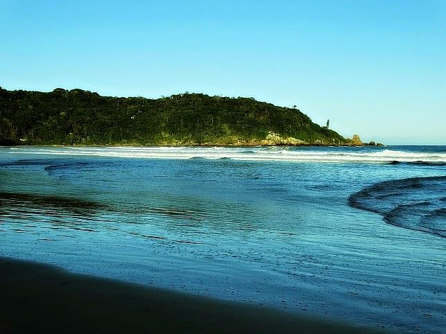 Costão esquerdo da Praia de Naufragados, visto na chegada da Trilha de Naufragados [no Extremo Sul de Florianópolis].