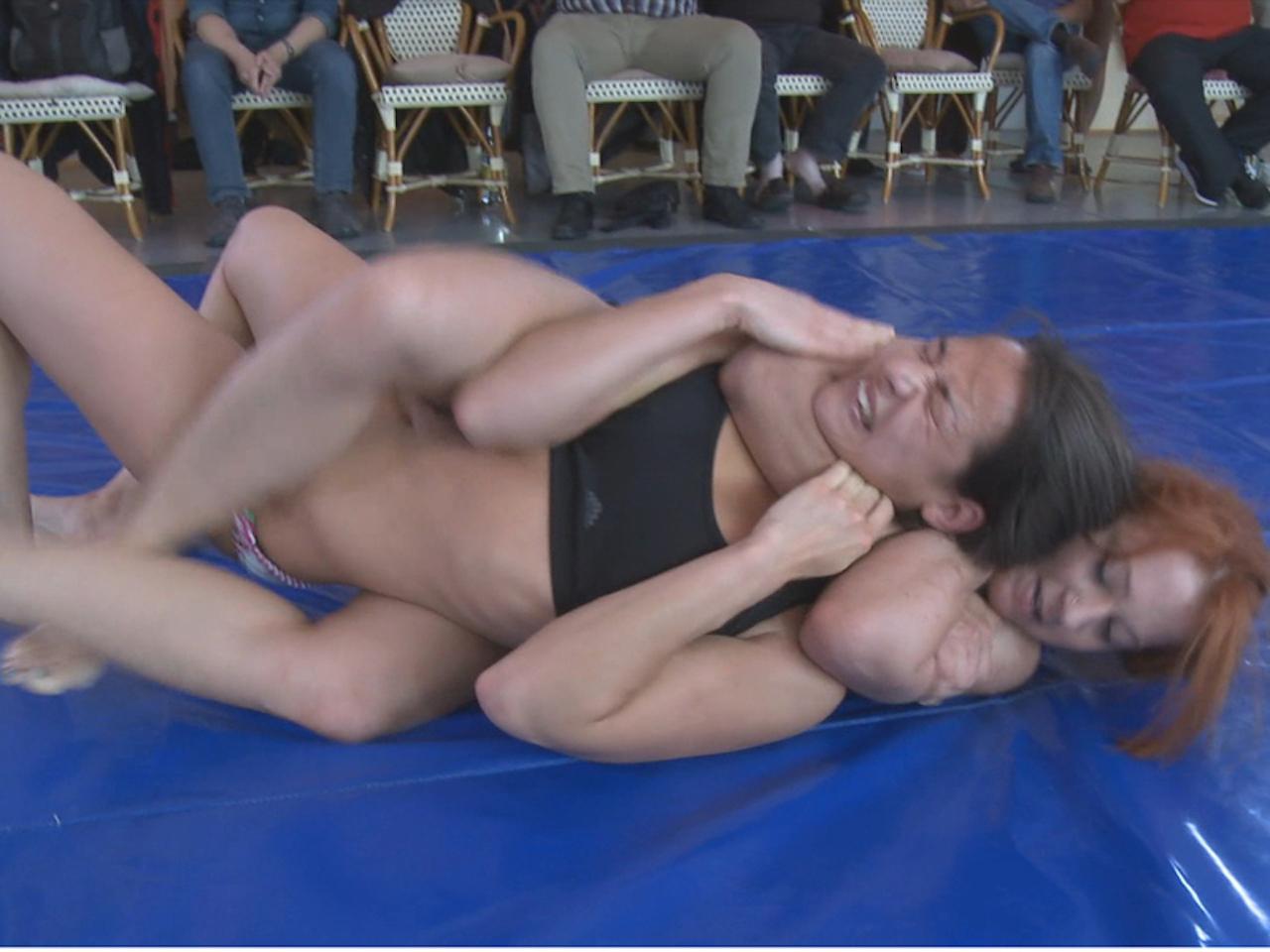 milf and little daughter undress