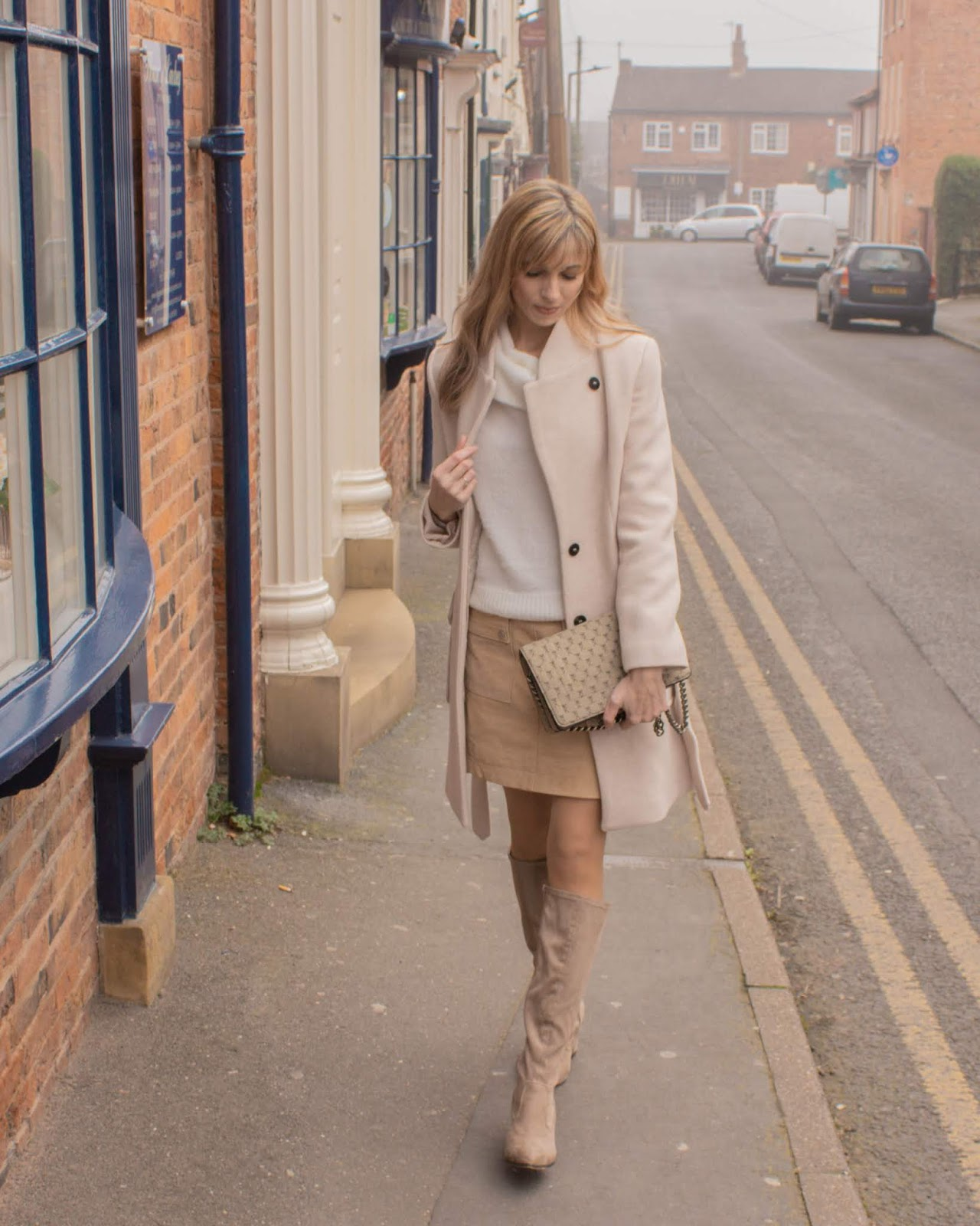 Outfit with suede mini skirt