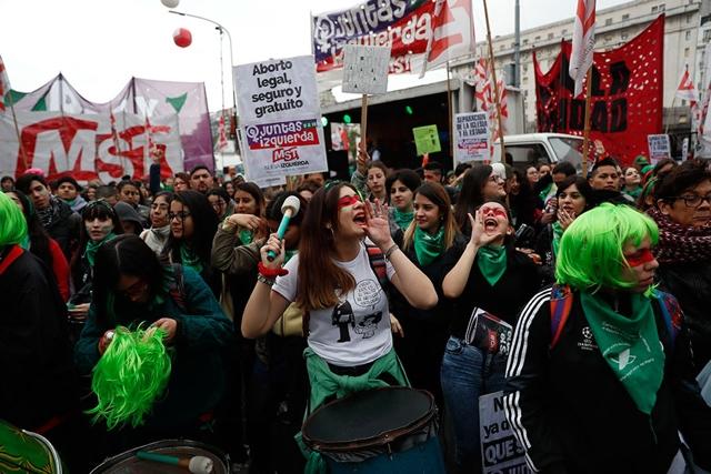 Senado rechaza despenalización del aborto en Argentina