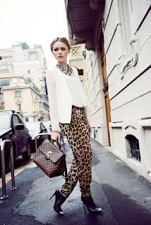Calças animal print leopardo com blusa e blazer brancos
