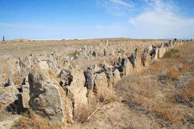 Малая Кыз-Кала расположена примерно в ста метрах южнее Большой Кыз-Калы, построена по тому же плану, но сохранилась гораздо хуже. Гофрированный фасад сохранился только на южной и восточной сторонах строения.