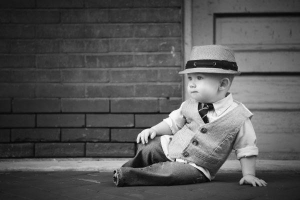 صورة بالأبيض والأسود لطفل