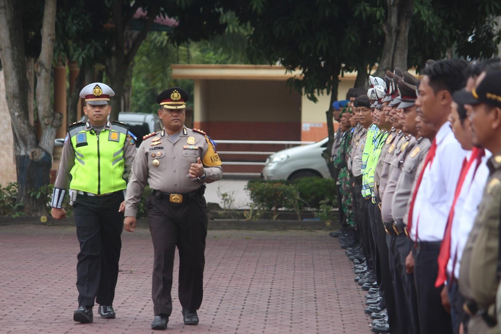 Kapolres Asahan mengecek pasukan dalam Apel Lilin Toba 2017.