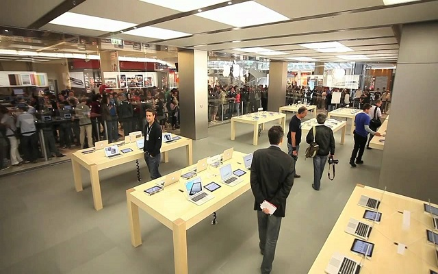 Watch the video The yellow jackets in France crash the Apple store and steal devices 1