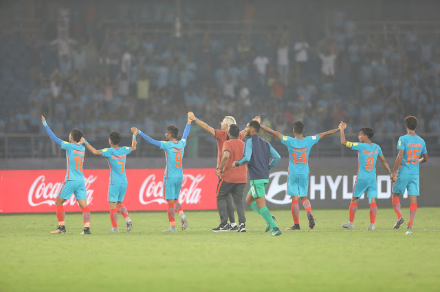 India U-17 team thanking the crowd support