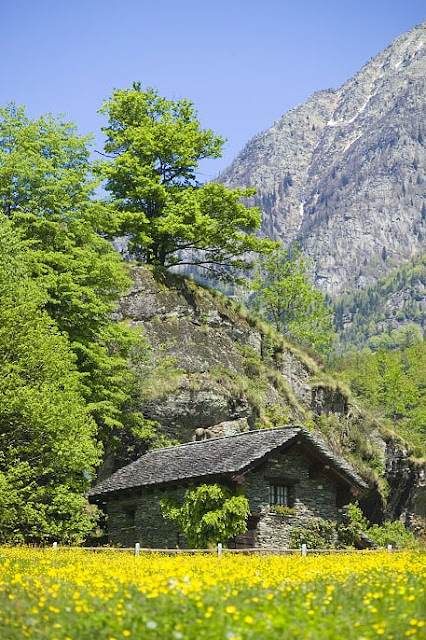 hd wallpapers : House within the Mountains