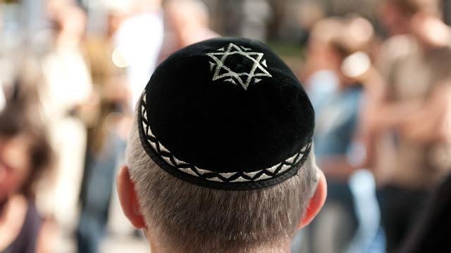السبب الحقيقي وراء وضع اليهود قبعة صغيرة على رؤوسهم !