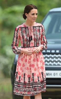 księżna Kate we wzorzystej różowej sukience