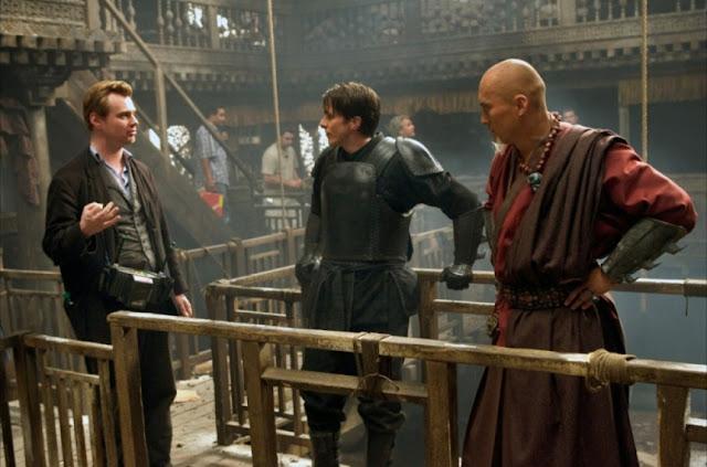 Christopher Nolan a la izquierda, dirigiendo a Christian Bale y Ken Watanabe
