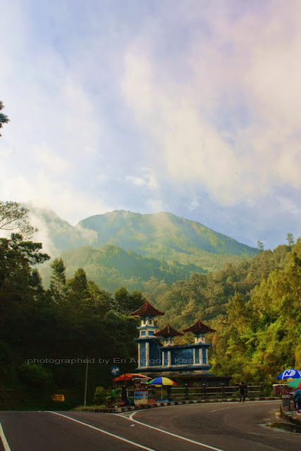 Tugu Batas dengan background Gunung Lawu