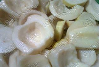 نقوم بتقطيع الجوافة وإزالة البذورحتى نتمكن من تخزين الجوافة فى الديب فريزر,10 طرق لتخزين الفواكه وحفظ الفاكهة  فى الثلاجة لأطول فترة,طريقة تخزين الفواكه فى الفريزر,كيفية تخزين الفواكه في المجمد,طريقة حفظ الفواكه بالفريزر, طريقة حفظ الفواكه في الثلاجه,طريقة حفظ الفواكه من السواد,طريقة حفظ الفواكه بعد التقطيع,خطوات سريعة لحفظ وتخزين الفواكة بالمنزل , بالصور طرق حفظ وتخزين الفواكة بالمنزل,Fruits storage,طريقة حفظ المشمش فى البراد,حفظ المانجه فى الثلاجة,كيفية حفظ الخوخ فى الثلاجة,كيفية تخزين الفواكه في المجمد,طريقة حفظ الفواكه بالفريزر, طريقة حفظ الفواكه في الثلاجه,طريقة حفظ الجوافة فى الفريزر,طريقة حفظ التين فى الثلاجة,كيفية حفظ البلح فى الثلاجة,طريقة حفظ التفاح فى الديب فريزر,كيفية حفظ البرتقال فى البراد,حفظ الفراولة فى الفريزر,طريقة حفظ الفواكه بعد التقطيع,خطوات سريعة لحفظ وتخزين الفواكة بالمنزل , بالصور طرق حفظ وتخزين الفواكة بالمنزل