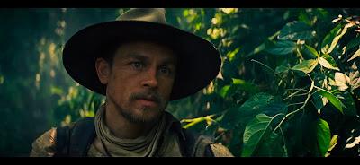 A este hombre le encanta pasear por la selva.