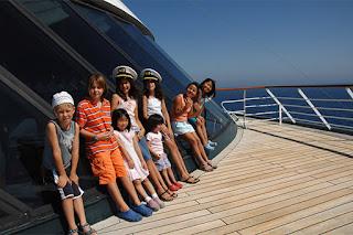 дети на круизном корабле отдыхают на открытой палубе