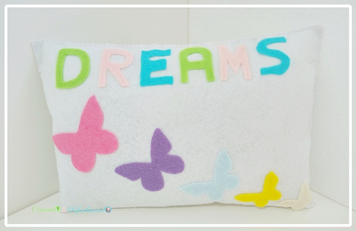 cojin-de-fieltro-con-mariposas-creandoyfofucheando