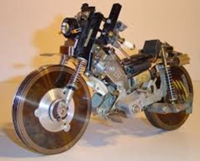 Replika motor terbuat dari CD/DVD bekas