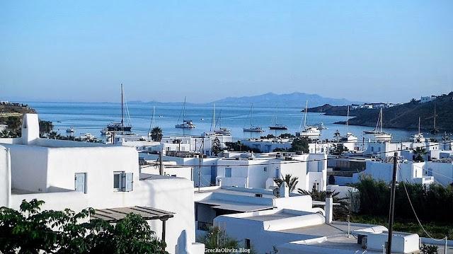 Biae greckie domki na tle cykladzkiego morza i błękitnego morza.