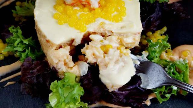Pastel de merluza y patata con caviar de naranja