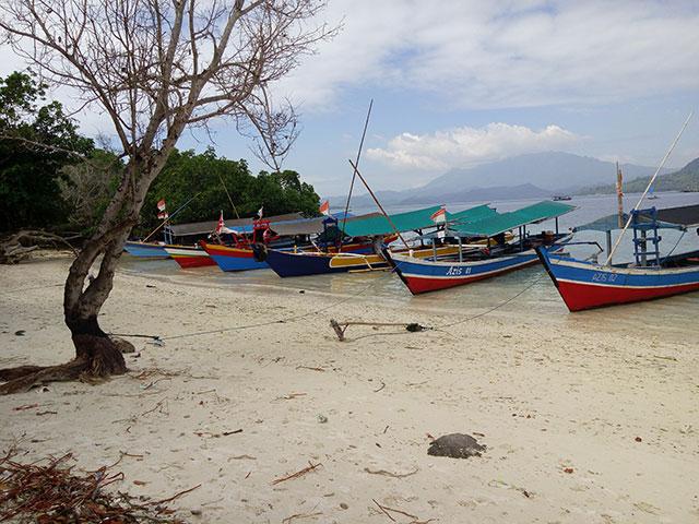 perahu penyebrangan di pulau kelegian lunik