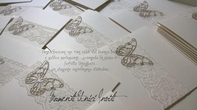 mn ...Arrivate dai futuri sposini... Collezione Pizzo e FarfalleColore Avorio Colore Bianco Colore Sabbia Partecipazioni intagliate Partecipazioni Pizzo pizzo Tema Farfalle