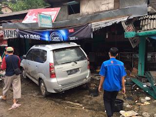Avanza tabrak warung di Srengsem, Panjang