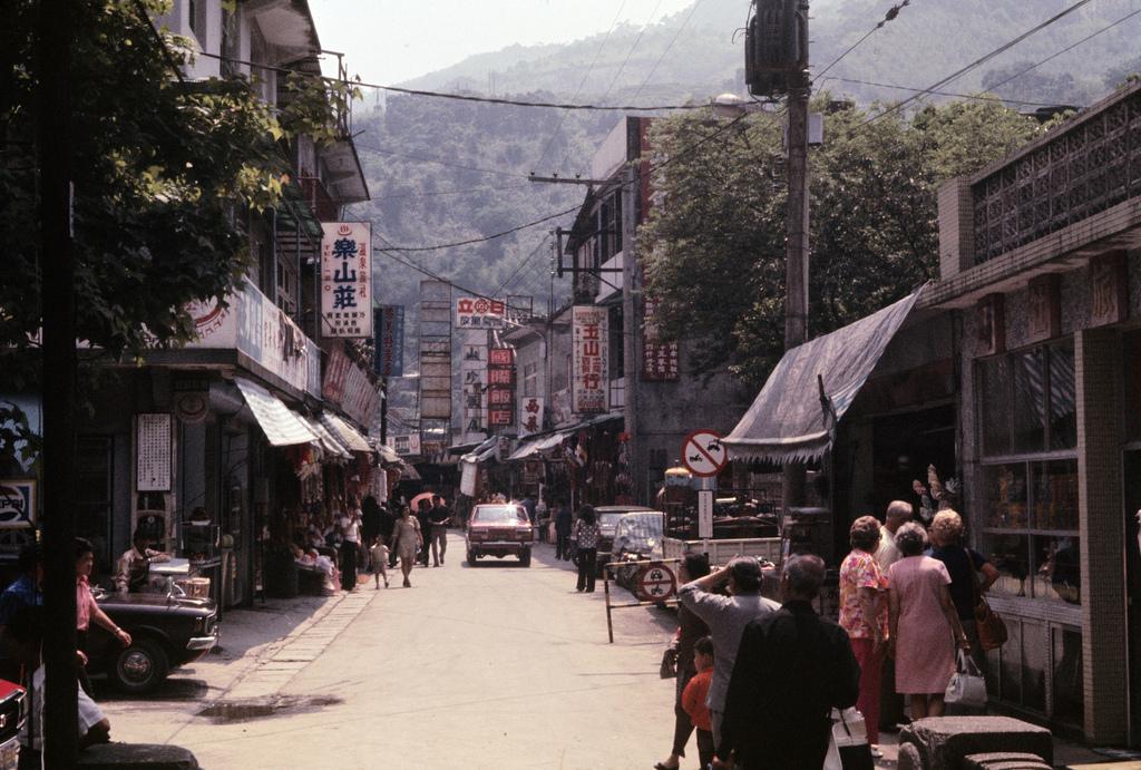 30 Interesting Color Photographs Capture Street Scenes of