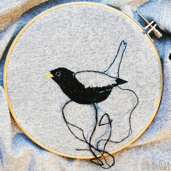 aliciasivert alicia sivertsson sivert broderi fritt frihandsbroderi konstsöm konstsömnad sömnad sy skapa skapande kreativitet creativity create make maker free hand embroidery needlework hoop art textile art fabric fiber art fågel bird koltrast nationalfågel blackbird black bird tröja sweater shirt grå grey gray