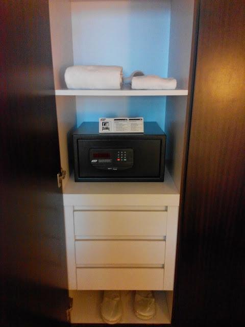 B Hotel Twin Room room amenities