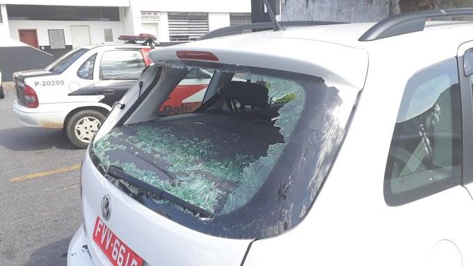 SOBROU PRO CARANGO: Mulher flagra pulada de cerca do marido destrói o carro e agride PMs
