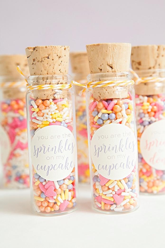 Regalos DIY perfectos para regalar en cualquier evento. Estos rellenos de azucarillos de colores.