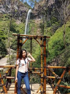 Andini dengan latar keindahan air terjun Coban Rondo
