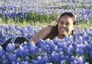 Donna allergica in un prato in fiore