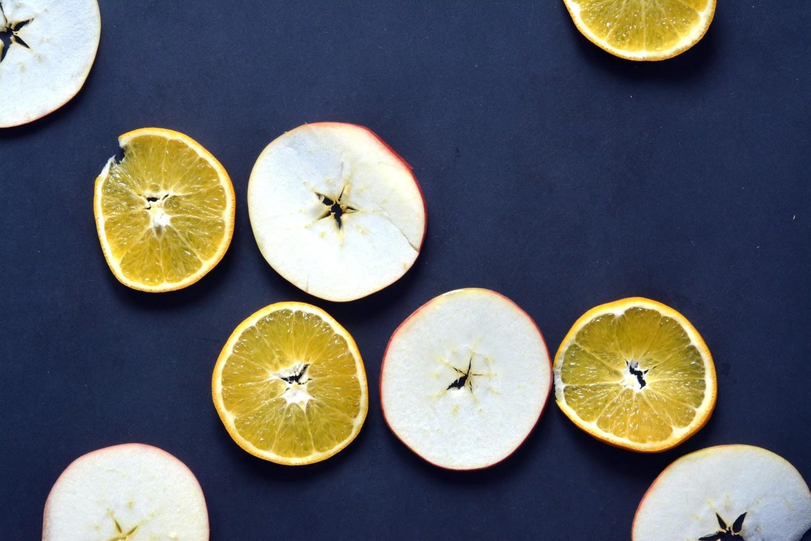 pomarańcze, jabłka, przyprawy korzenne
