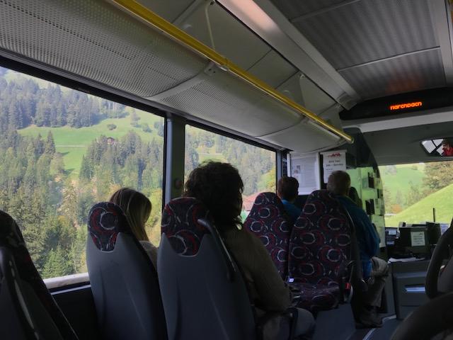 スイスのポストバスで山道を下りフルーティゲンへ