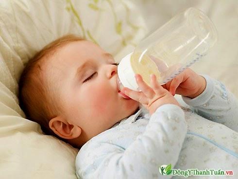 Bú bình nguyên nhân răng trẻ sẫm màu