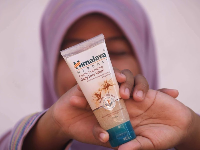 Review Himalaya Herbals Gentle Exfoliating Daily Face Wash