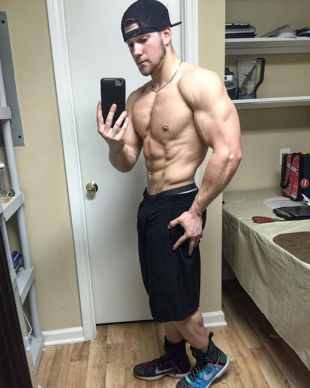 muscled-dude-mirrored-selfie