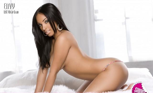 Yasmin Ortega na cama