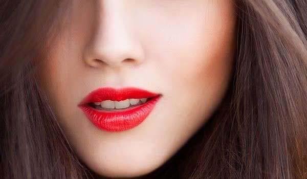 Môi màu đỏ cherry là màu phun môi đẹp