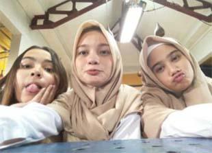 Adinda Putri (Dapucii) Selfie Dengan 2 Temannya