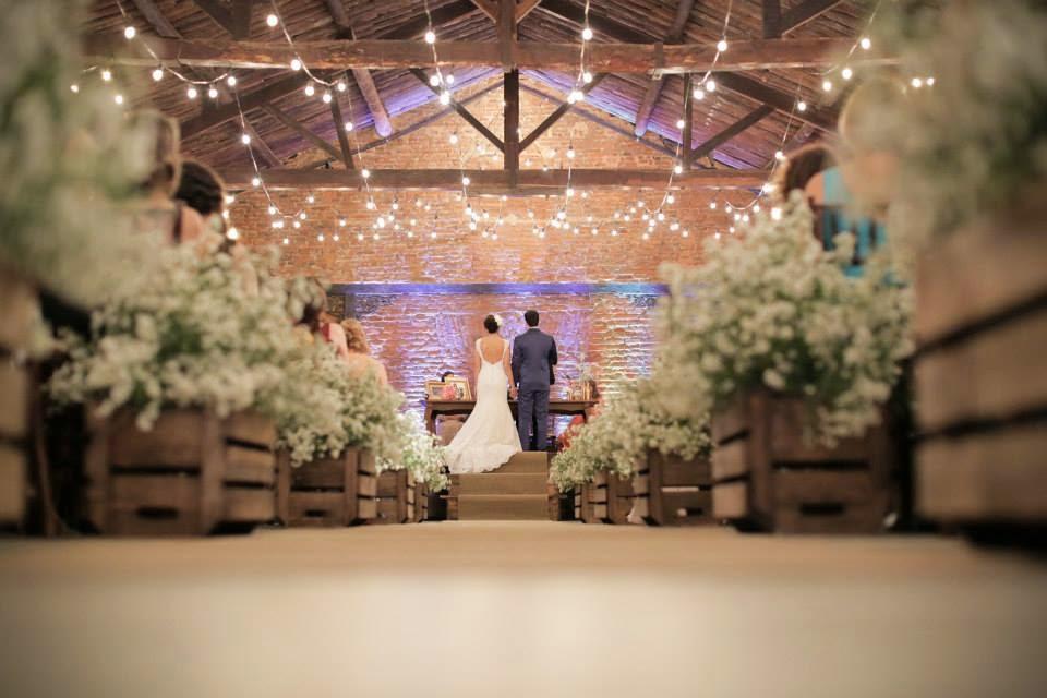 casamento-lindo-singelo-cerimonia-luzinhas-altar