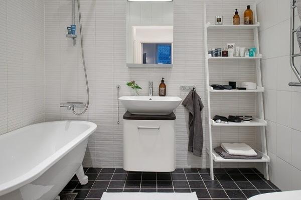 estantería escalera en el baño para almacenar