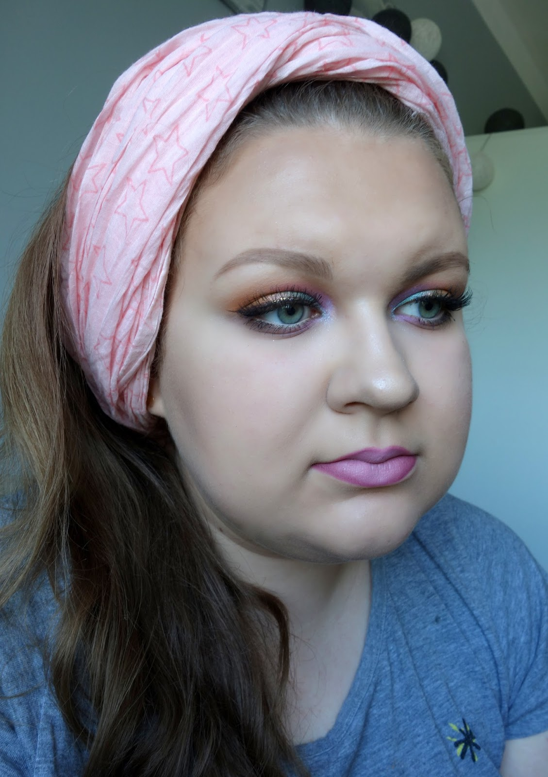 Kolorowy makijaż z nowościami w akcji: podkład i mascara Eveline, duo do konturowania Cashmere, rozświetlacz Pierre Rene