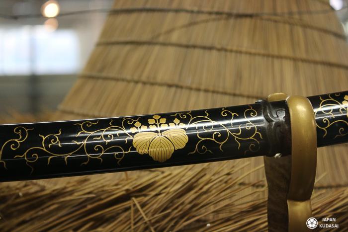 manche katana motifs dorées détail